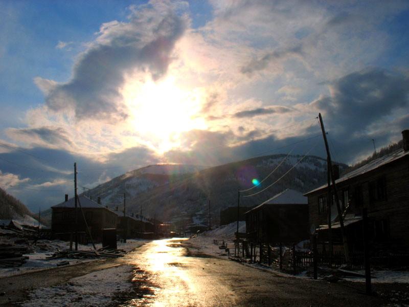 Солнечное окно в поселке после небольшого снегопада